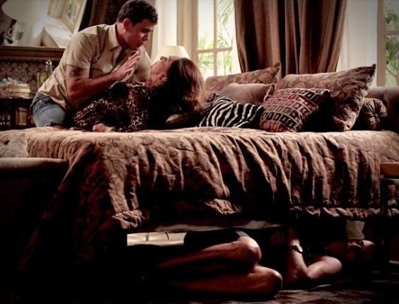 """Em """"Avenida Brasil"""", Adauto chega de surpresa e pega Leleco e Muricy trancados no quarto"""
