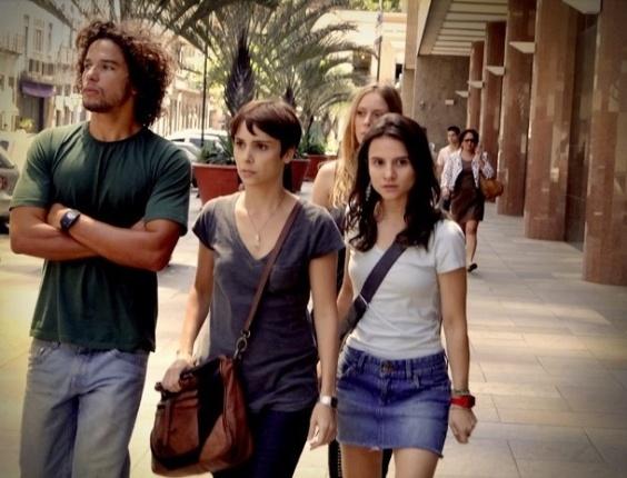 """Em """"Avenida Brasil"""", Valdo rouba últimas fotos e deixa Nina sem provas contra Carminha"""