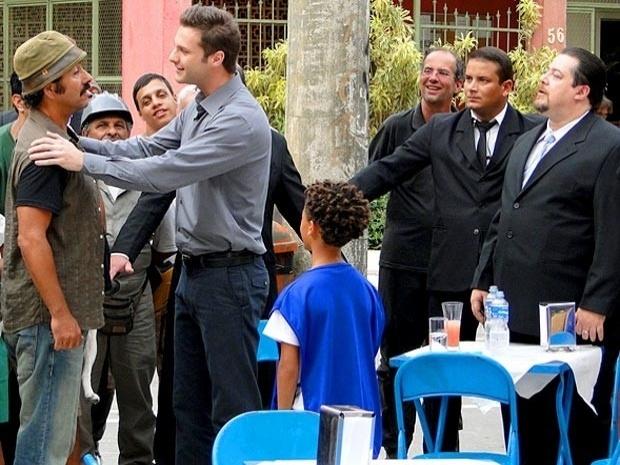 """Em """"Cheias de Charme"""", Sandro ganha recompensa após devolver dinheiro encontrado em seu táxi (17/9/12)"""