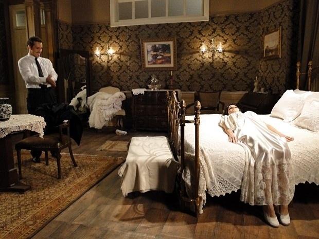 """Em """"Gabriela"""", Zuleika não sabe como agir em sua primeira noite com Berto (17/9/12)"""