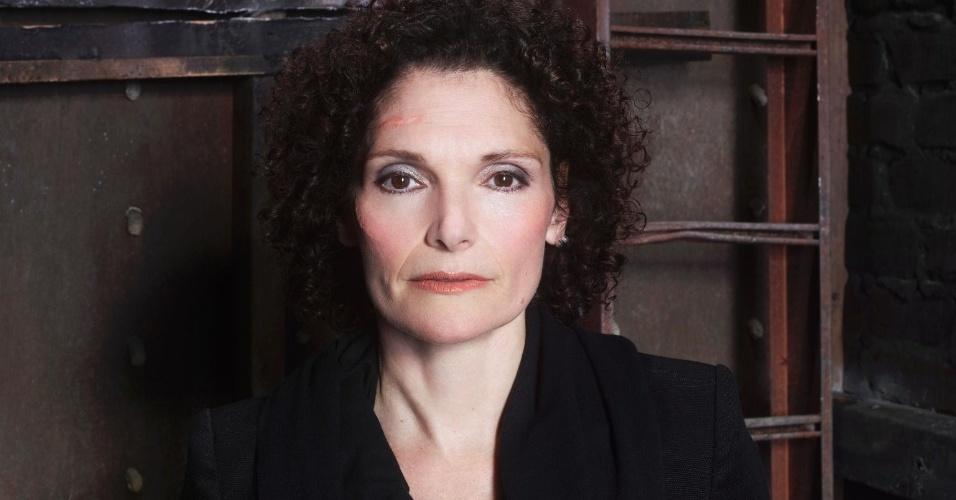 Kelly Burkhardt (Mary Elizabeth Mastrantonio) em foto de divulgação da segunda temporada de Grimm