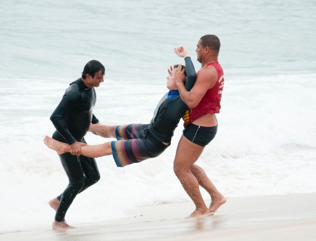 Ao se afogar, Samuel será salvo pelo pai Gilson (Marcos Pasquim) (18/9/12)