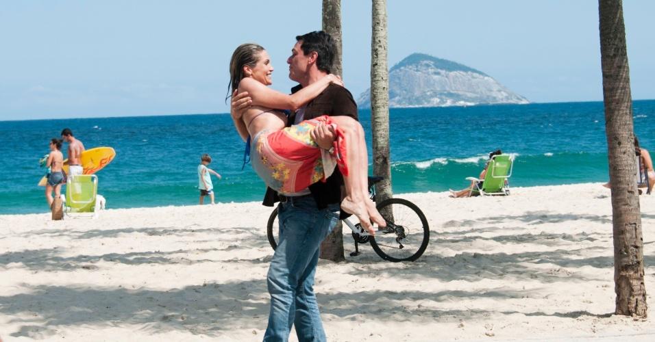 """Flávia Alessandra e Rodrigo Lombardi gravam cenas românticas de """"Salve Jorge"""" na praia do Leme, no Rio de Janeiro (18/9/12)"""
