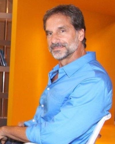 http://tv.i.uol.com.br/album/2012/09/18/o-ator-victor-fasano-posa-para-fotos-no-lancamento-da-novela-balacobaco-18912-ele-vivera-o-personagem-nestor-brandao-um-empresario-bem-sucedido-do-setor-textil-1347986675422_400x500.jpg
