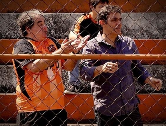 """Em """"Avenida Brasil"""", Olheiro do Flamengo vai ao Divino ver Roni, mas se interessa por Leandro"""