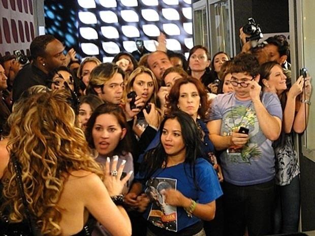 """Em """"Cheias de Charme"""", fabianáticas atacam Chayene, após Fabian dizer que a cantora o deformou (19/9/12)"""