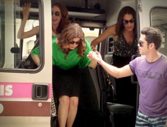 """Em """"Avenida Brasil"""", atrás de dinheiro, Verônica, Alexia e Noêmia pegam van até o Divino"""