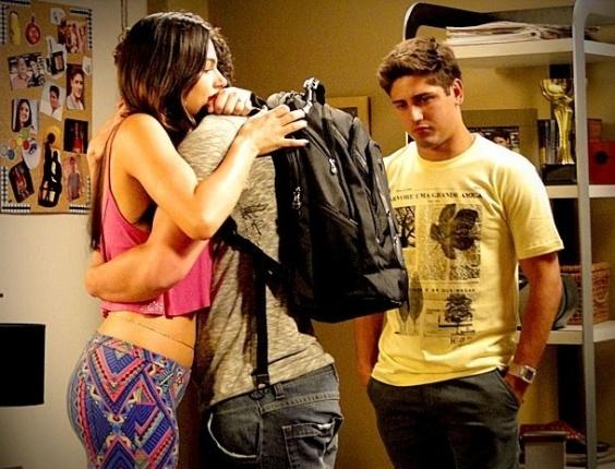 "Em ""Avenida Brasil"", Suelen chora ao se despedir de Leandro e faz visita surpresa na casa nova"