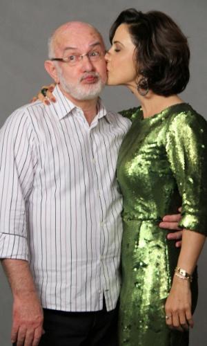 """Guilhermina Guinle dá um beijo em Silvio de Abreu durante coletiva de """"Guerra dos Sexos"""" no Rio de Janeiro (19/9/12)"""