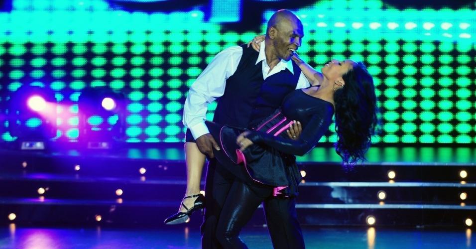 """O ex-pugilista Mike Tyson e sua mulher Lakiha Spicer dançaram no palco do """"Showmatch"""" (2011)"""