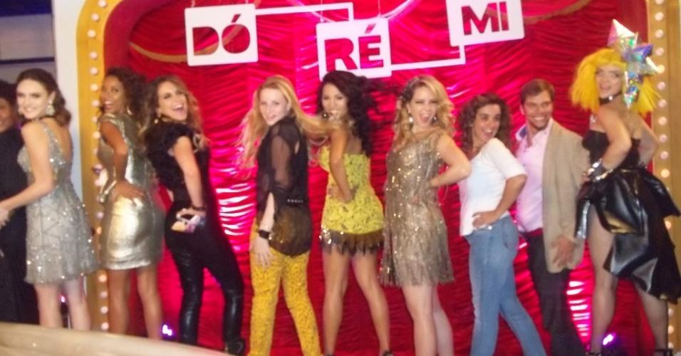 """As cantoras Stefhany Absoluta e Ari Loba (centro) posam ao lado do elenco de """"Cheias de Charme"""", durante entrega do prêmio """"DóRéMi"""" (2012)"""