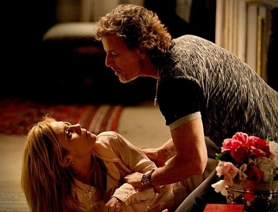 """Em """"Avenida Brasil"""", Carminha leva uma surra de cinto de Max (21/9/12)"""