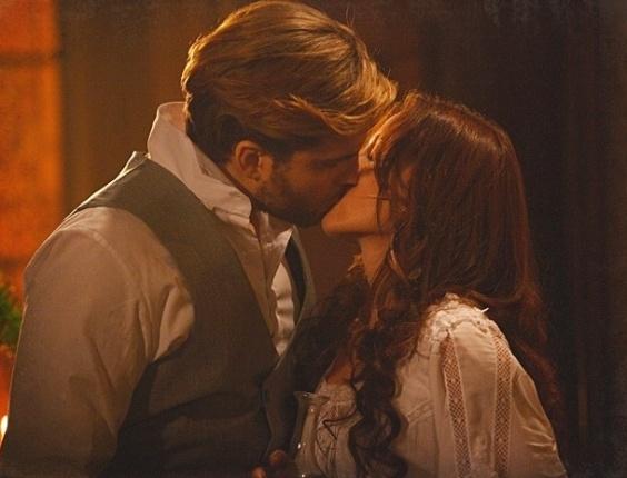 """Em """"Lado a Lado"""",  Edgar se rende à paixão e beija Laura"""
