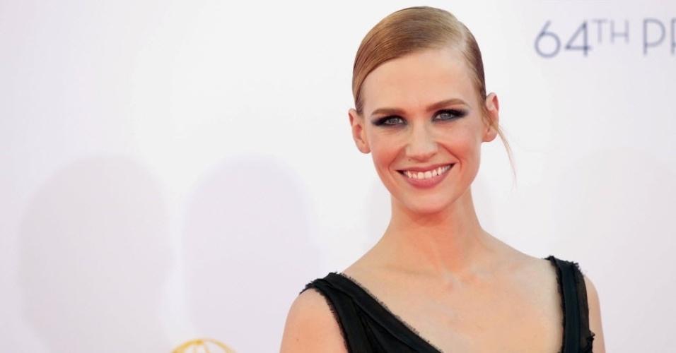 """A atriz January Jones, de """"Mad Men"""", chega à 64ª edição do Emmy Awards, em Los Angeles, nos EUA (23/9/12)"""