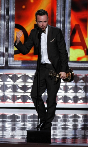 """Aaron Paul recebe prêmio de melhor artor coadjuvante de drama por """"Breaking Bad"""" no 64º Emmy Awards, em Los Angeles (23/9/12)"""