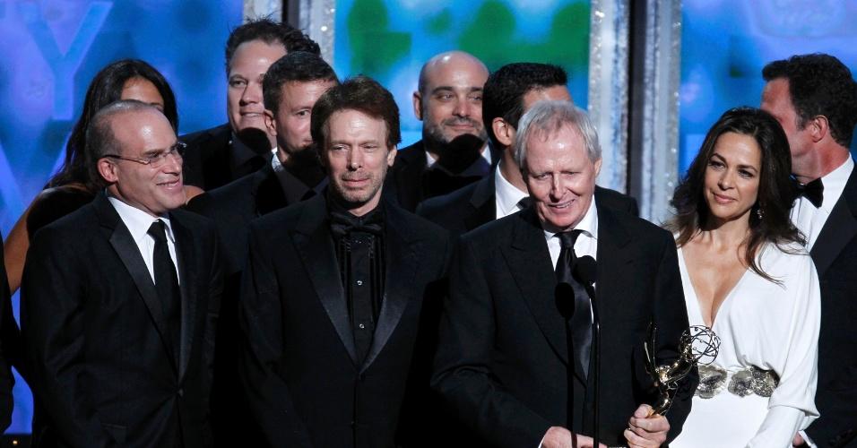 """Bertram van Munster, diretor executivo do reality show """"Amazing Race"""", recebe prêmio pelo programa no 64º Emmy Awards, em Los Angeles (23/9/12)"""