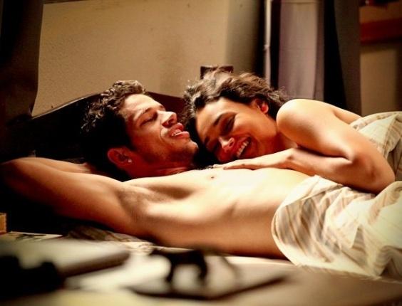 """Em """"Avenida Brasil"""", Darkson pergunta a Tessália se é melhor que Leleco na cama"""