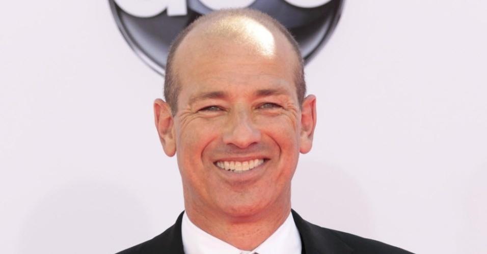 """Howard Gordon, criador da série """"Homeland"""", chega à 64ª edição do Emmy Awards, em Los Angeles, nos EUA (23/9/12)"""