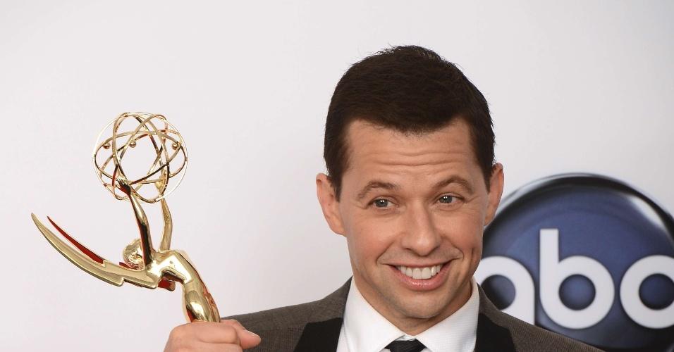 """John Cryer recebeu o prêmio de melhro ator de comédia por """"Two and Half Man"""" no 64º Emmy Awards, em Los Angeles (23/9/12)"""