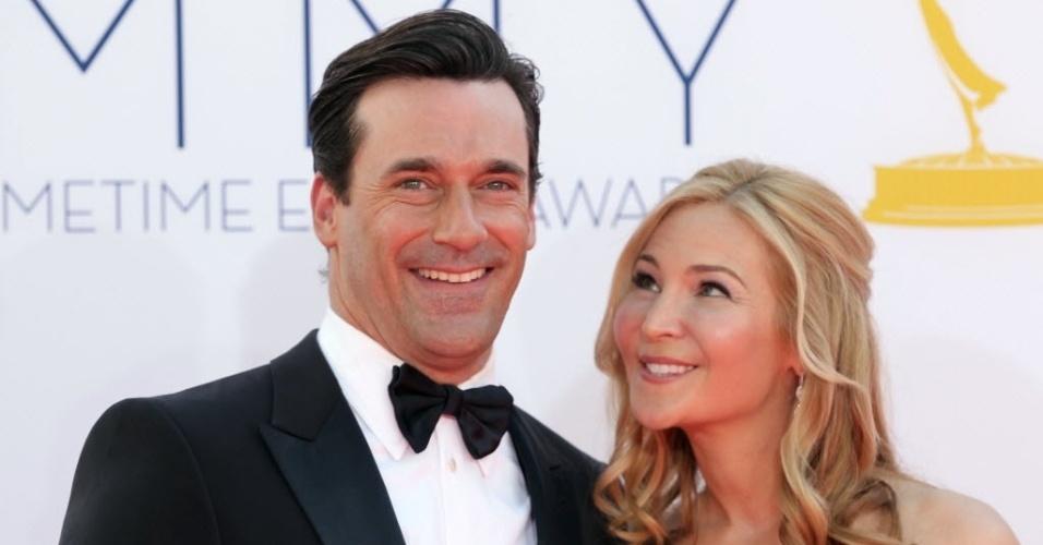 """O ator Jon Hamm, de """"Mad Men"""", e Jennifer Westfeldt chegam à 64ª edição do Emmy Awards, em Los Angeles, nos EUA (23/9/12)"""