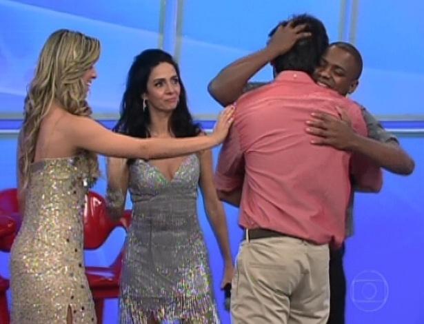 """Patrick Carvalho abraça Rodrigo Simas após ator participar do quadro """"Arquivo Confidencial"""" (23/9/12)"""