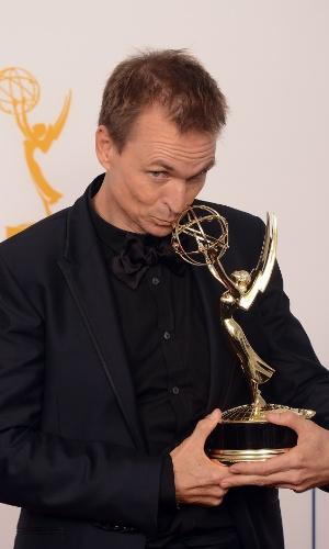 """Phil Keoghan recebe prêmio de melhor reality show ou programa de competição por """"Amazing Race"""" no 64º Emmy Awards, em Los Angeles (23/9/12)"""