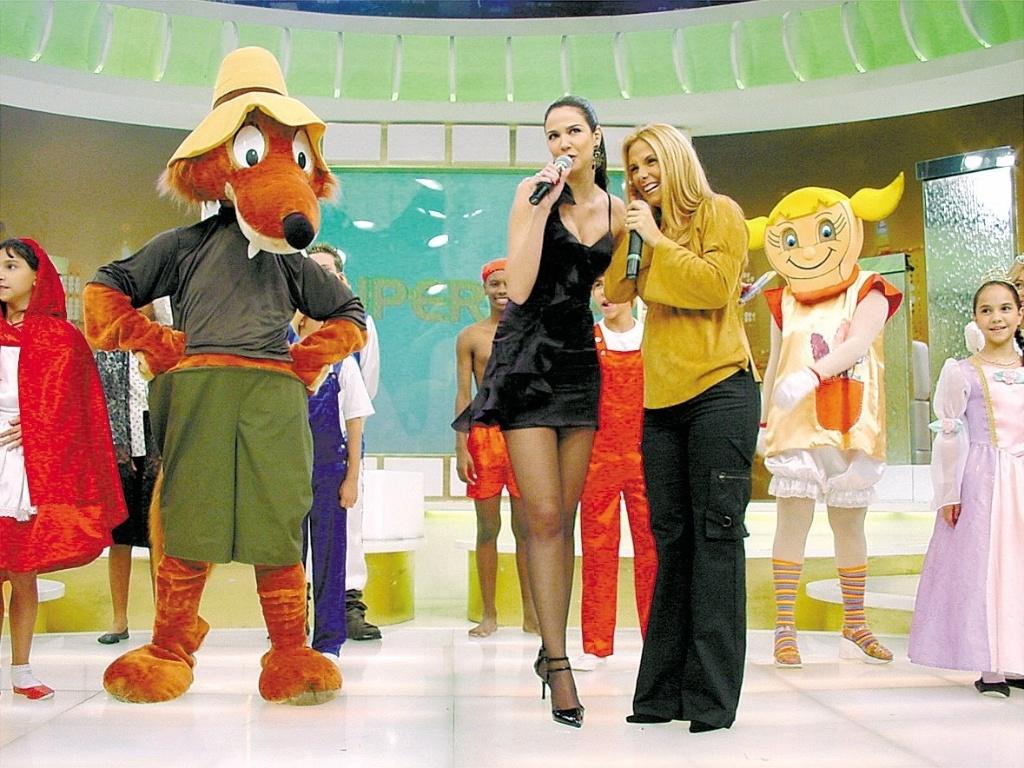 A apresentadora Luciana Gimenez e a dançarina Carla Perez durante as gravações do programa