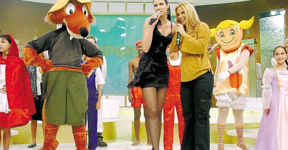 """A apresentadora Luciana Gimenez e a dançarina Carla Perez durante as gravações do programa """"SuperPop"""" (2003)"""