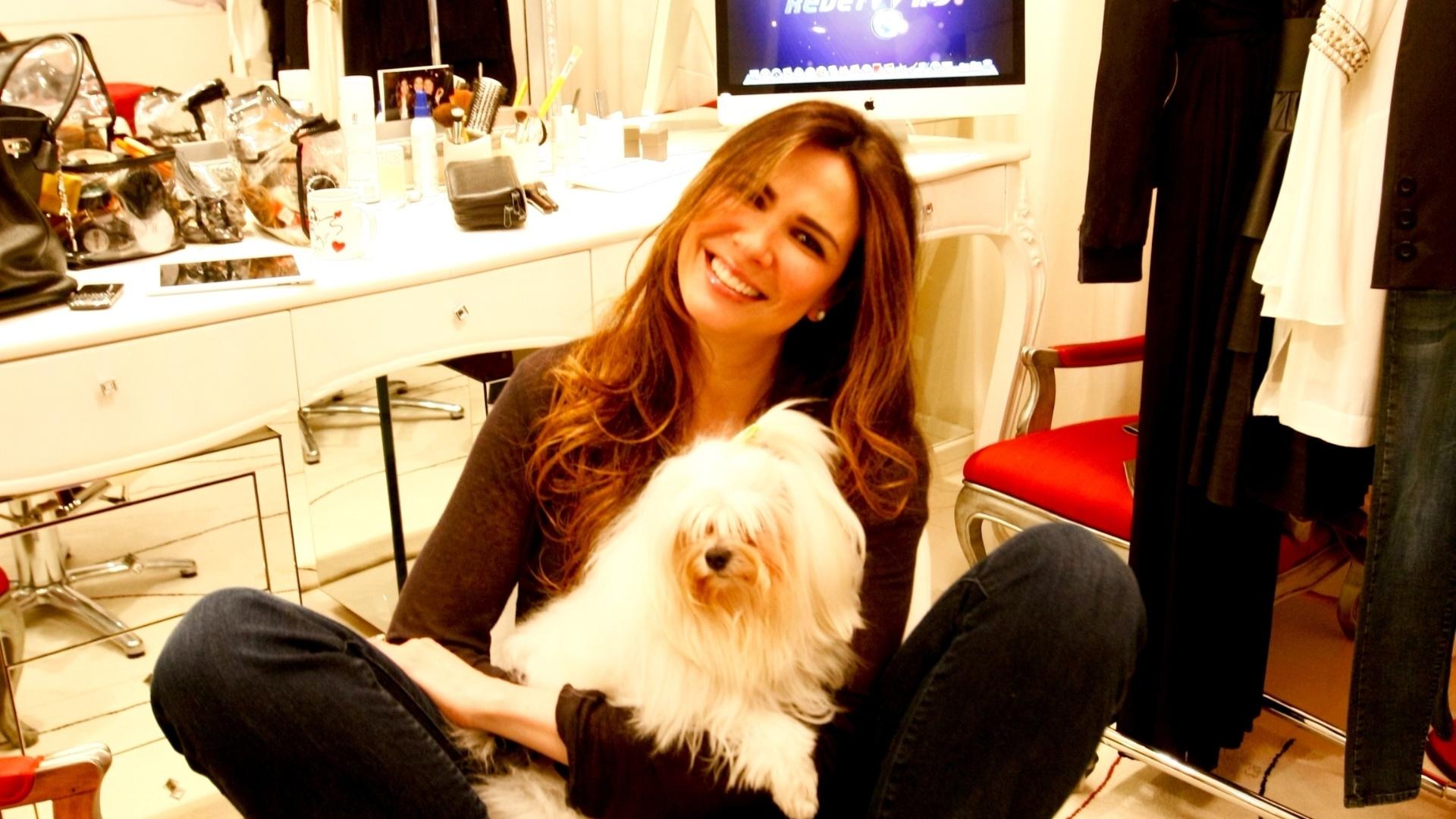 A apresentadora Luciana Gimenez posa para foto com sua cachorra Lola no camarim do