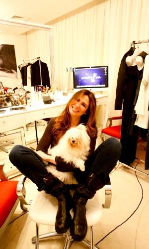 """A apresentadora Luciana Gimenez posa para foto com sua cachorra Lola no camarim do """"SuperPop"""" (2011)"""