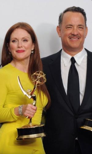 """A atriz de """"Game Change"""" Julianne Moore e o produtor do telefilme Tom Hanks mostram seus Emmys vencidos nas categorias Melhor Atriz de Minissérie ou Filme e Melhor Roteiro para Minissérie, Filme ou Especial Dramático (23/9/12)"""