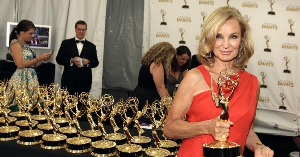 """A atriz Jessica Lange mostra seu Prêmio de Melhor Atriz Coadjuvante de Minissérie ou Filme ganhado por """"American Horror Story"""" (23/9/12)"""