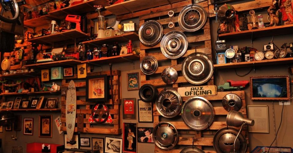 """A parede da loja é decorada com objetos antigos, mas nem todos estão à venda. """"Tem coisa que eu decido vender, coloco preço, depois tiro. Todas têm uma história. Da feira do Bixiga a uma viagem para fora do país"""", conta Tibira"""