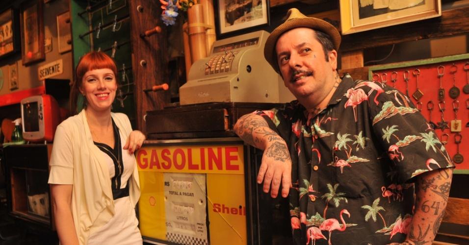 """Carrô e Tibira são os sócios do Caos, mistura de bar e loja de objetos antigos na Rua Augusta, em São Paulo. Bomba de gasolina da déca da 1970 é um dos objetos """"únicos"""" da loja, com valor estimado em mais de R$ 3 mil. O Caos é o cenário para a nova série do History Channel, que estreia nesta terça-feira (25/9/2012)."""
