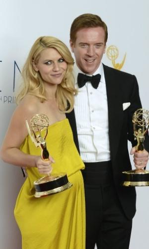 """Claire Danes e Damian Lewis posam com seus prêmios de Melhor Atriz e Melhor Ator por """"Homeland"""" (23/9/12)"""