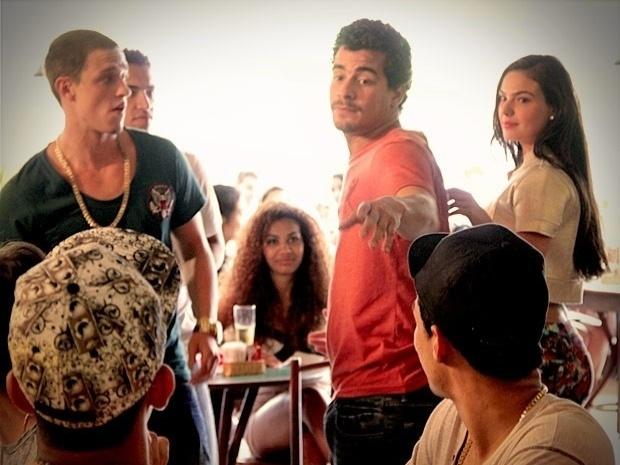 """Em """"Avenida Brasil"""", Leandro usa Suelen para impressionar os jogadores do Flamengo (24/9/12)"""