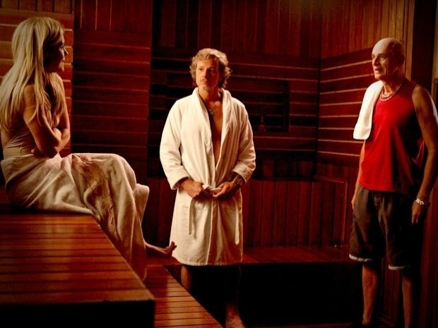 """Em """"Avenida Brasil"""", Leleco flagra Carminha e Max discutindo na sauna (24/9/12)"""