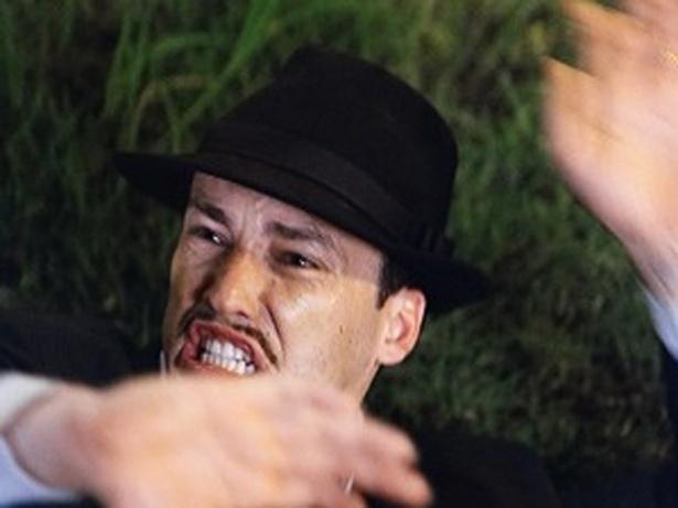 """Em """"Gabriela"""", em praça pública, Juvenal dá uma surra de chicote em Berto (25/9/12)"""