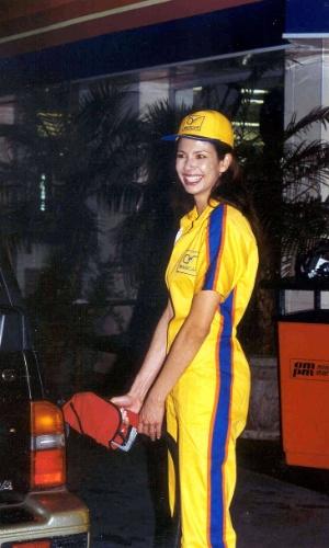 """Luciana Gimenez """"trabalha"""" como frentista no quadro """"Viver para Crer"""", atração do """"SuperPop"""" (2001)"""