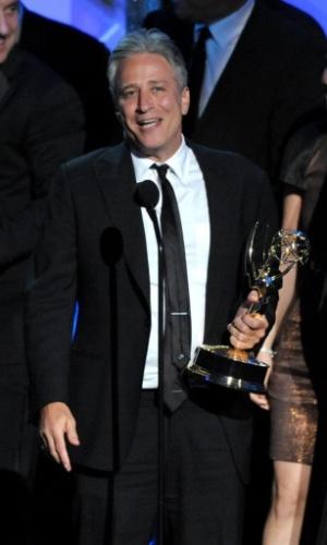 """O apresentador Jon Stewart com o prêmio que venceu por """"The Daily Show With Jon Stewart"""" (23/9/12)"""