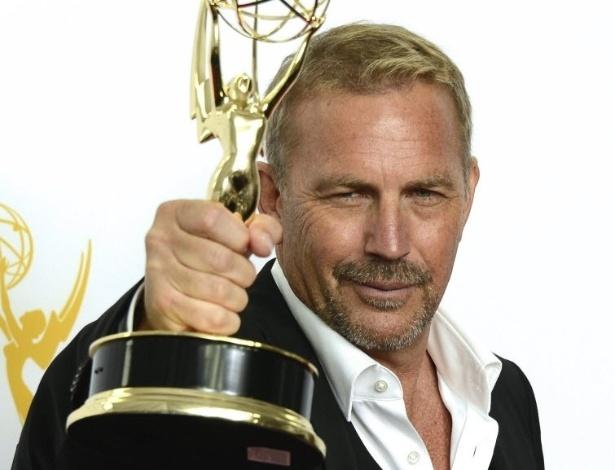 """O ator Kevin Costner com o prêmio de Melhor Ator de Minissérie ou Filme pelo faroeste """"Hatfields & McCoys"""" (23/9/12)"""