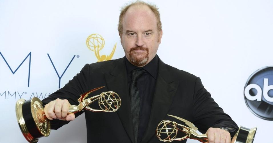 """O comediante Louis C.K. mostra seus prêmios vencidos por sua série """"Louie"""" no 64º Emmy Awards, em Los Angeles (23/9/12)"""