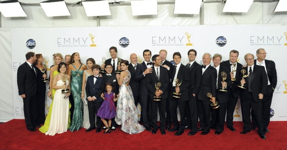 """O elenco de """"Modern Family"""", vencedora do prêmio de Melhor Série de Comédia, posa para fotos durante o 64º Emmy Awards, em Los Angeles (23/9/12)"""