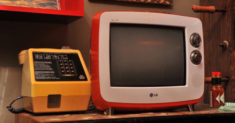 Objetos antigos se misturam a aparelhos novos com cara de retrô, como a televisão da LG.
