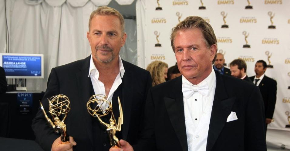 """Os atores Kevin Costner e Tom Berenger com seus prêmios de Melhor Ator e Melhor Ator Coadjuvante de Minissérie ou Filme vencidos por """"Hatfields & McCoys"""" (23/9/12)"""