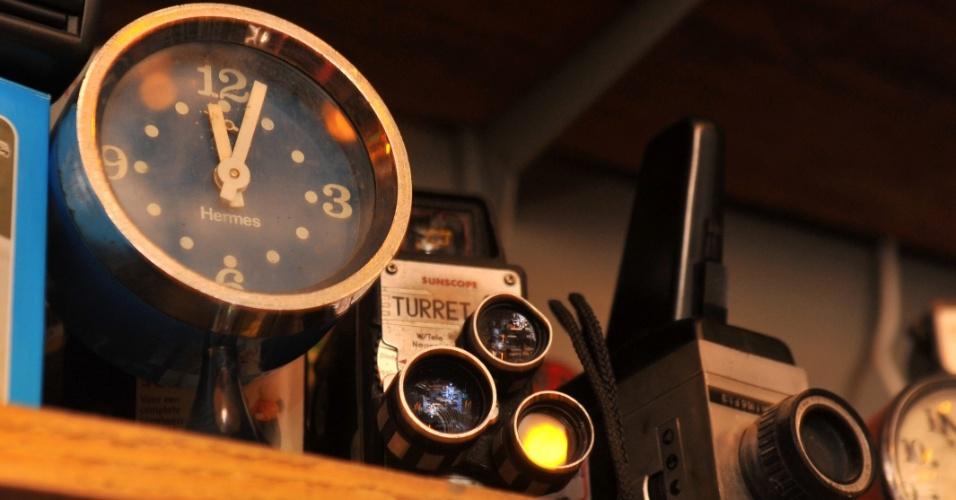 Relógios, despertadores, máquinas de fotografia e de filme. Se estiverem funcionando, aparelhos valem mais. Muitos são usados em cenografia de peças e filmes.