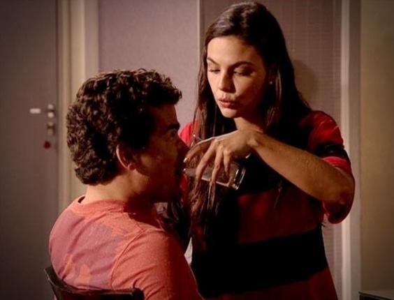 """Em """"Avenida Brasil"""", Suelen cuida da alimentação de Leandro"""