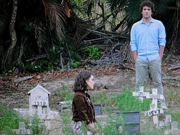 """Em """"Cheias de Charme"""", Cida visita o túmulo dos pais e pede perdão por ter tentando negar suas origens (25/9/12)"""