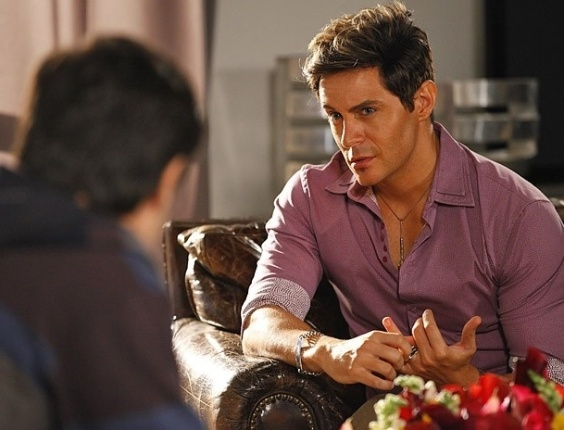"""Em """"Cheias de Charme"""", Desesperado pelo perdão de Rosário, Inácio pede ajuda a Fabian"""