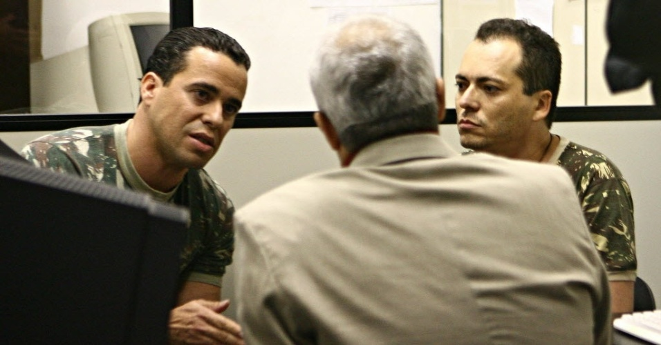 Na sede da Rede TV!, Coronel do Exército negocia prisão de soldados homossexuais (11/2010)